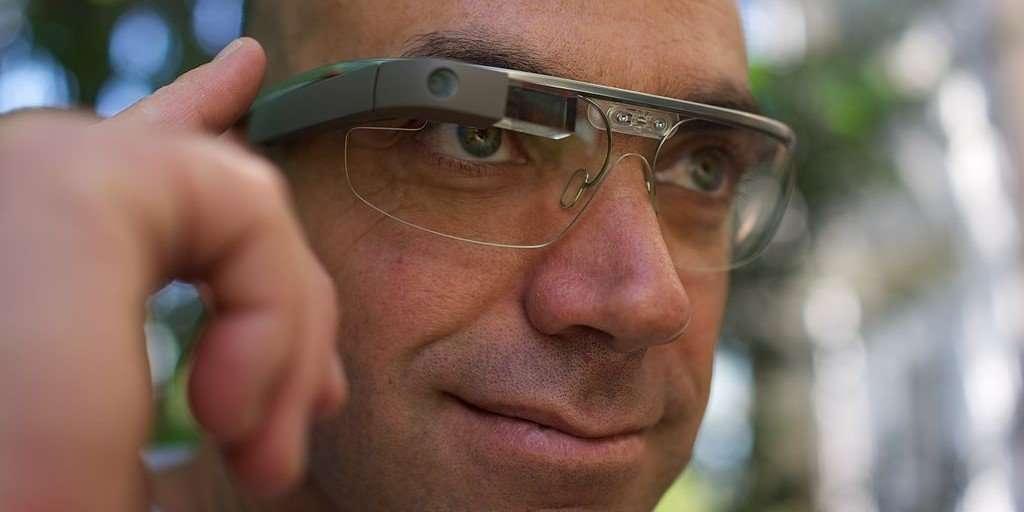 señor con gafas google glass