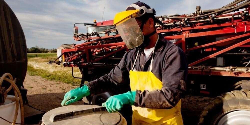 agricultor manipulando fitosanitarios